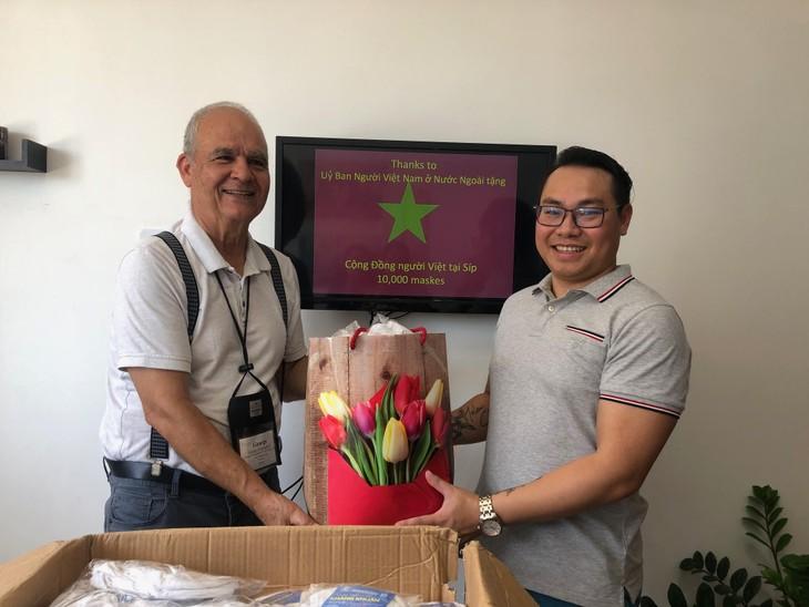 Trao tặng khẩu trang cho cộng đồng người Việt tại Cộng hòa Síp - ảnh 6