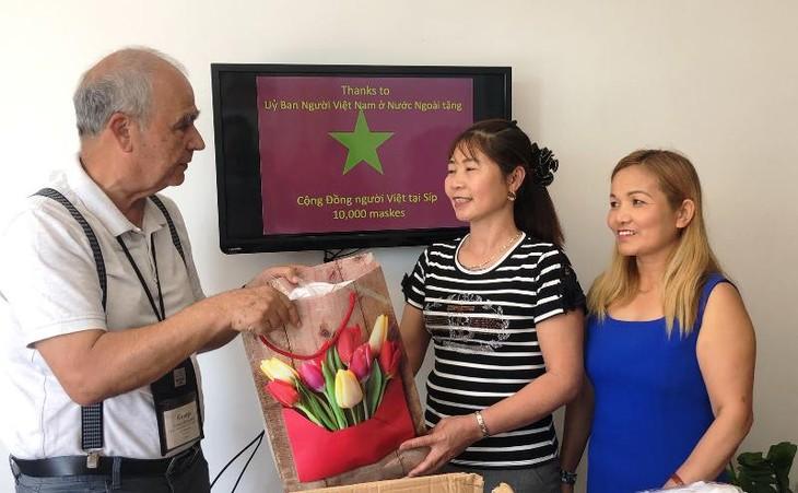 Trao tặng khẩu trang cho cộng đồng người Việt tại Cộng hòa Síp - ảnh 4