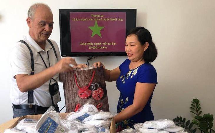 Trao tặng khẩu trang cho cộng đồng người Việt tại Cộng hòa Síp - ảnh 3