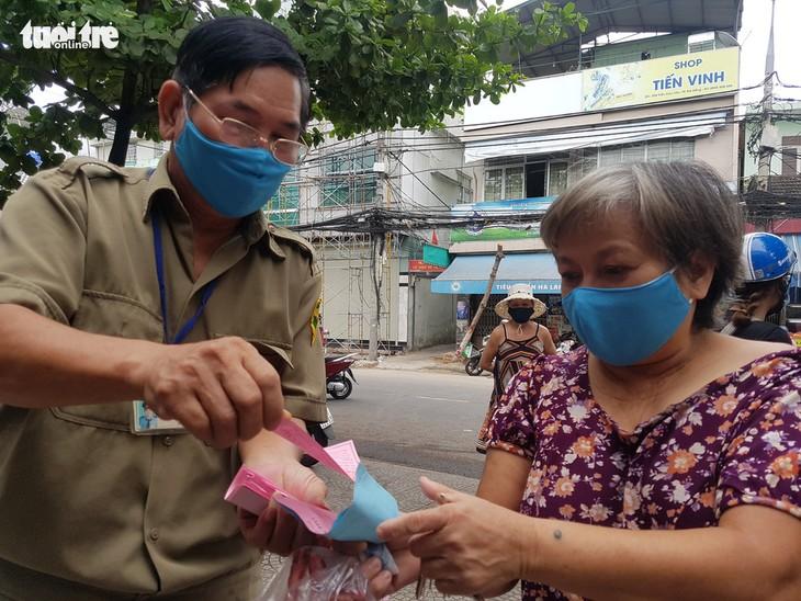 Đà Nẵng: Ngày đầu tiên người dân đi chợ bằng Thẻ vào chợ - ảnh 1