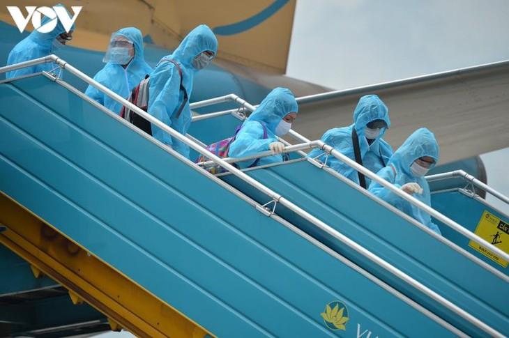 Dịch COVID-19: Hai chuyến bay đầu tiên chở du khách mắc kẹt ở Đà Nẵng - ảnh 1