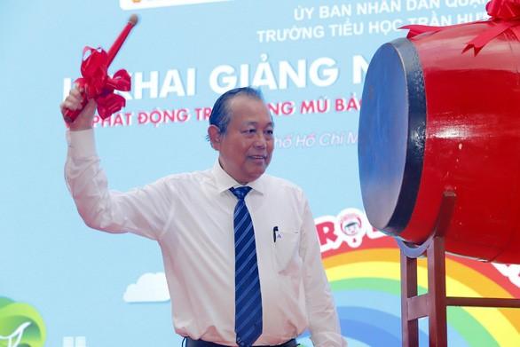 Phó Thủ tướng Trương Hòa Bình dự lễ khai giảng và trao mũ bảo hiểm cho học sinh tiểu học - ảnh 1