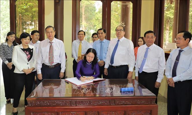 Phó Chủ tịch nước Võ Thị Ánh Xuân dâng hương Chủ tịch nước Tôn  Đức Thắng - ảnh 1