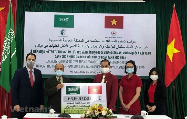 Vương quốc Ả rập Xê út hỗ trợ người dân Việt Nam có hoàn cảnh khó khăn - ảnh 1