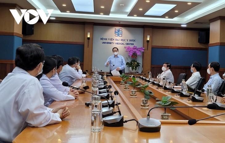 Thủ tướng Phạm Minh Chính: Đội ngũ y, bác sỹ thể hiện cao tinh thần trách nhiệm trong công tác phòng, chống COVID-19 - ảnh 1