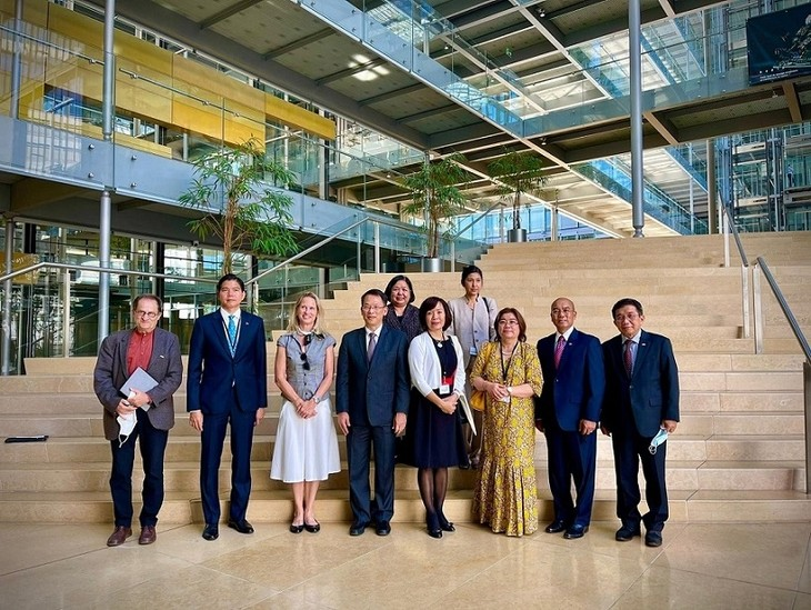 Đại sứ Việt Nam tại Thụy Sĩ thăm, làm việc với Cơ quan dự báo Khoa học và Ngoại giao Geneva - ảnh 1