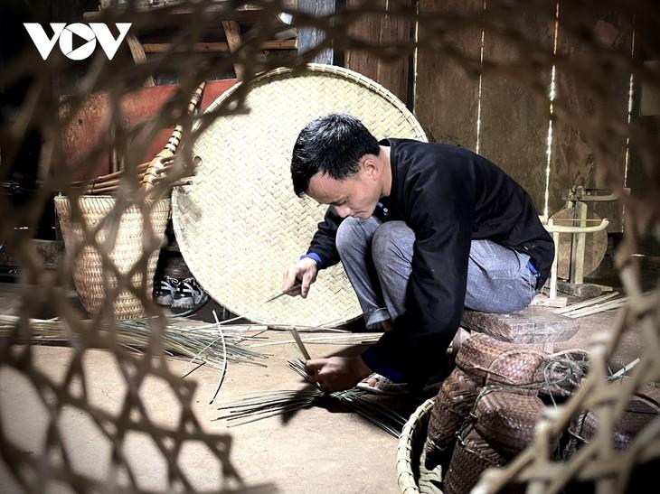 Gìn giữ nghề đan lát truyền thống của đồng bào Mông ở Yên Bái - ảnh 1