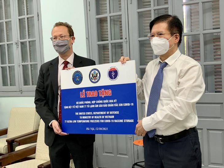 Việt Nam tiếp nhận tủ lạnh âm sâu từ Hoa Kỳ để lưu trữ vắc xin Pfizer - ảnh 1