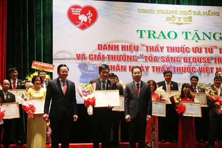 В городе Дананг состоялась церемония вручения премии «Сияющая белая блузка»  - ảnh 1