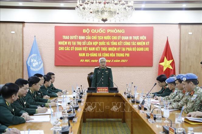 Вручено решение президента страны об отправке офицеров на службу в ООН  - ảnh 1