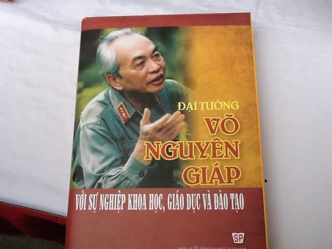 """បង្ហាញមុខសៀវភៅ""""នាយឧត្តមសេនីយ៍ Vo Nguyen Giapជាមួយបុព្វហេតុ វិទ្យាសាស្រ្តអប់រំបណ្តុះបណ្តាល - ảnh 1"""