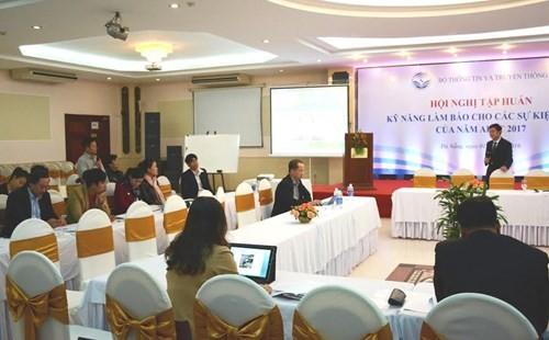 对报道2017年亚太经合组织系列会议重大事件的越南媒体记者进行技能培训 - ảnh 1