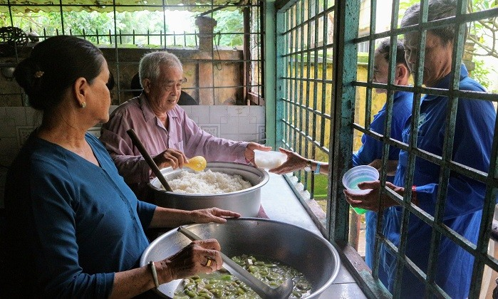 慈善餐给贫困病人带来温暖 - ảnh 1