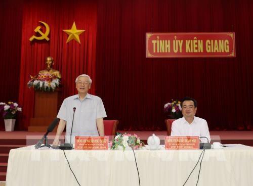 越共中央总书记、国家主席阮富仲视察坚江省 - ảnh 1