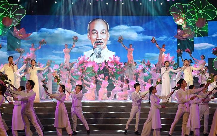 越南各地纷纷举行活动   纪念胡志明主席诞辰129周年 - ảnh 1