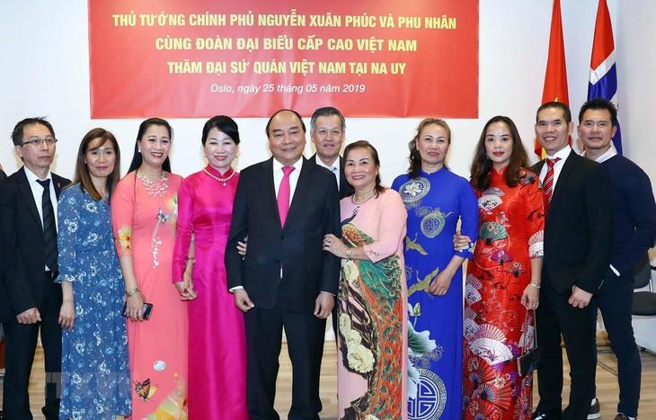 越南政府总理阮春福看望越南驻挪威大使馆 - ảnh 1