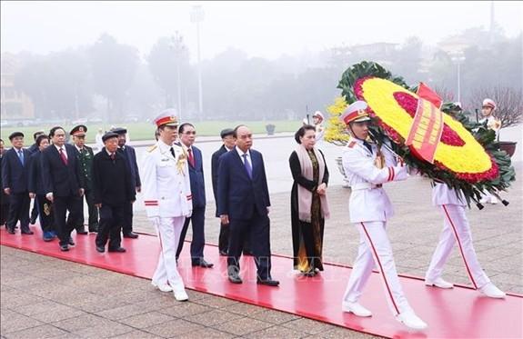 越南党和国家领导人春节前入陵瞻仰胡志明主席遗容 - ảnh 1