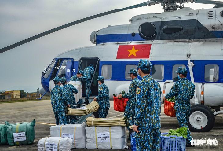 越南政府总理阮春福赞扬军队公安力量防疫工作 - ảnh 1