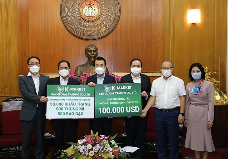 韩国企业向越南疫情防控工作捐款10万美元 - ảnh 1