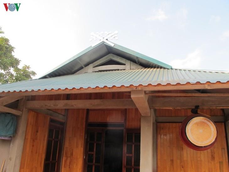 Khau cut នៅលើដំបូលផ្ទះផុតពីដីរបស់ជនជាតិ Thai ខ្មៅនៅ Muong Lo - ảnh 2