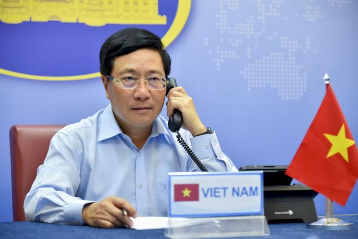 ឧបនាយករដ្ឋមន្រ្តី រដ្ឋមន្រ្តីការបរទេសវៀតណាមលោក Pham Binh Minh ជួបពិភាក្សាតាមទូរស័ព្ទជាមួយរដ្ឋមន្រ្តីការបរទេសអង់គ្លេសលោក Dominic Raab - ảnh 1