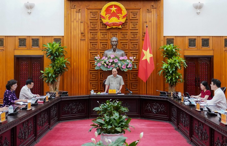 លោកនាយករដ្ឋមន្រ្តី Nguyen Xuan Phuc អញ្ជើញធ្វើជាអធិតីនៅកិច្ចប្រជុំអំពីស្ថានភាពសេដ្ឋកិច្ចសង្គម - ảnh 1