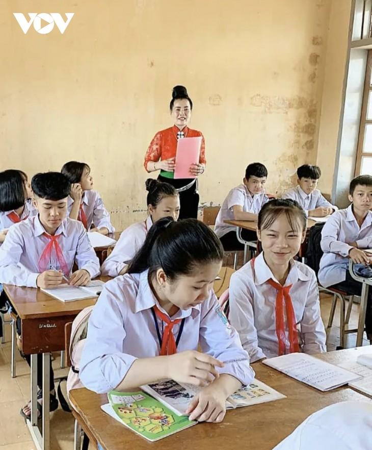 Lo Thi Ban - សិប្បការិនីមានសមានចិត្តជាមួយចម្រៀងប្រជាប្រិយ Thai - ảnh 1