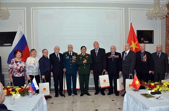 Bộ trưởng Quốc phòng Ngô Xuân Lịch gặp gỡ các cựu chiến binh Nga - ảnh 1