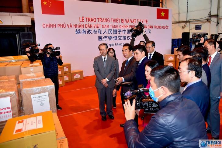 Việt Nam trao tặng trang thiết bị, vật tư, y tế giúp Trung Quốc phòng chống dịch nCoV - ảnh 1