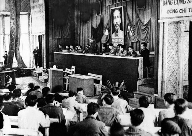 """Phim tài liệu """"Việt Nam thời đại Hồ Chí Minh - Biên niên sử truyền hình"""" phản ánh sự phát triển trường tồn của dân tộc - ảnh 1"""
