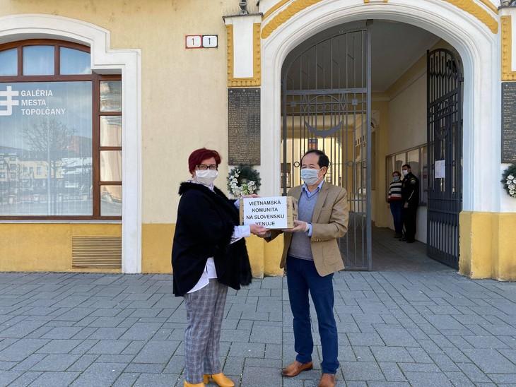 Người Việt ở Slovakia tặng các vật dụng y tế cho người dân bản địa - ảnh 1