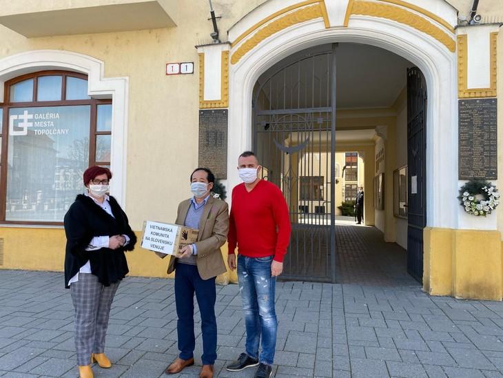 Người Việt ở Slovakia tặng các vật dụng y tế cho người dân bản địa - ảnh 3