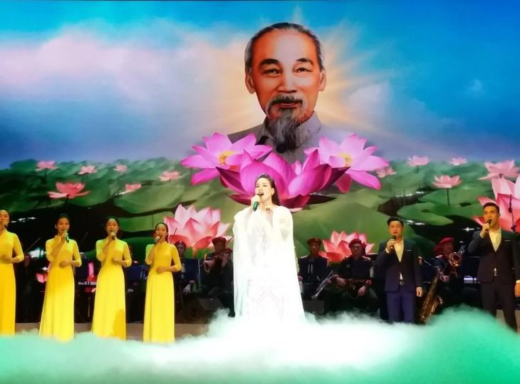 Ca sĩ Cẩm Tú: Hát về Chủ tịch Hồ Chí Minh với lòng kính yêu vô bờ - ảnh 3
