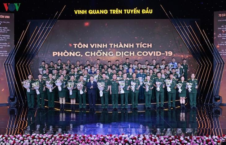 """Chủ tịch Quốc hội dự chương trình """"Vinh quang trên tuyến đầu"""" - ảnh 2"""