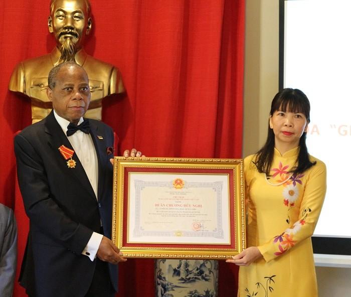 Trao Huân chương Hữu nghị của Nhà nước Việt Nam cho Đại sứ Cộng hòa Mozambique  - ảnh 1