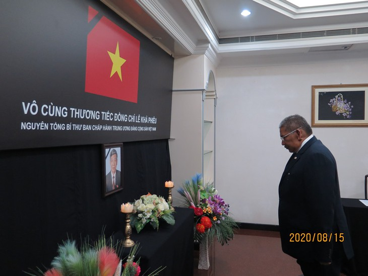 Đại sứ quán Việt Nam tại Brunei tổ chức lễ viếng và mở sổ tang nguyên Tổng Bí thư Lê Khả Phiêu - ảnh 3