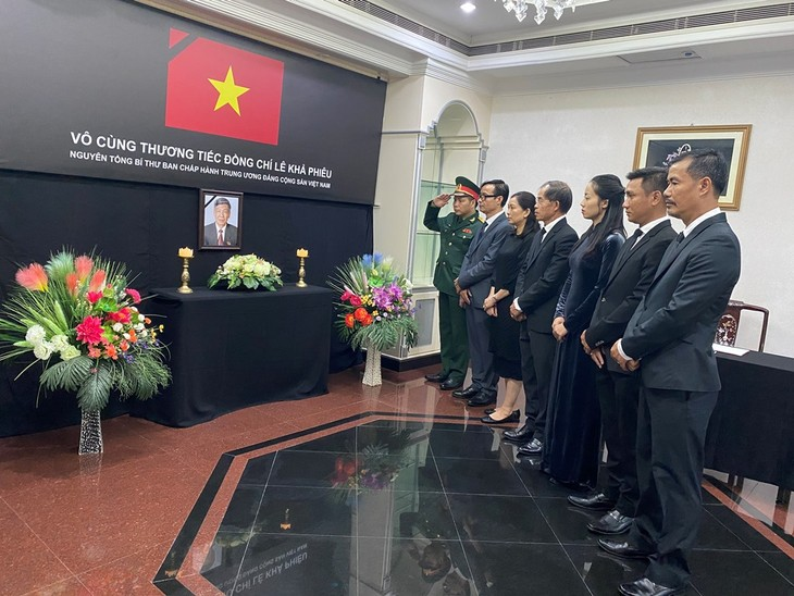 Đại sứ quán Việt Nam tại Brunei tổ chức lễ viếng và mở sổ tang nguyên Tổng Bí thư Lê Khả Phiêu - ảnh 2