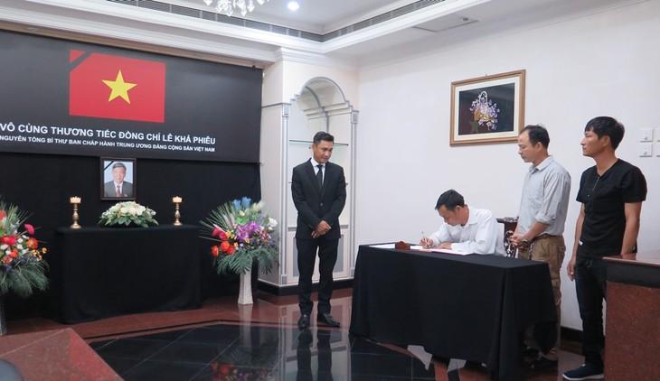 Đại sứ quán Việt Nam tại Brunei tổ chức lễ viếng và mở sổ tang nguyên Tổng Bí thư Lê Khả Phiêu - ảnh 6