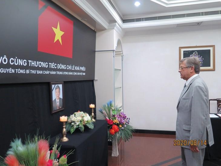 Đại sứ quán Việt Nam tại Brunei tổ chức lễ viếng và mở sổ tang nguyên Tổng Bí thư Lê Khả Phiêu - ảnh 5