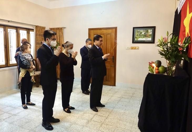 Đại sứ quán Việt Nam tại Bangladesh tổ chức lễ viếng nguyên Tổng Bí thư Lê Khả Phiêu - ảnh 2