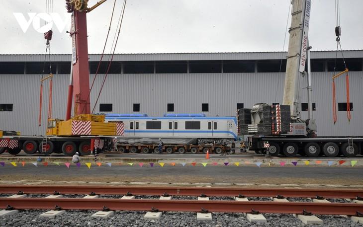Đoàn tàu metro 1 được lắp đặt lên đường ray tại depot  - ảnh 1