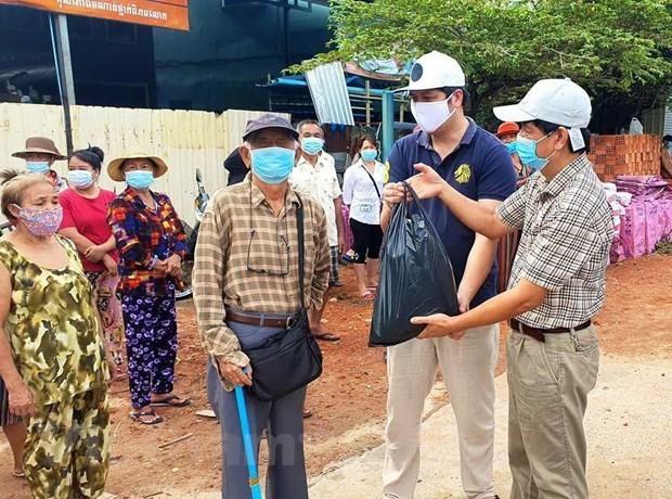 Cứu trợ người Việt ở Campuchia trong vùng phong tỏa phòng dịch COVID-19 - ảnh 1