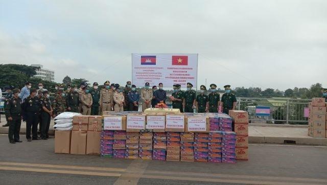 Hỗ trợ gạo và trang thiết bị y tế cho kiều bào Campuchia phòng chống Covid-19 - ảnh 1