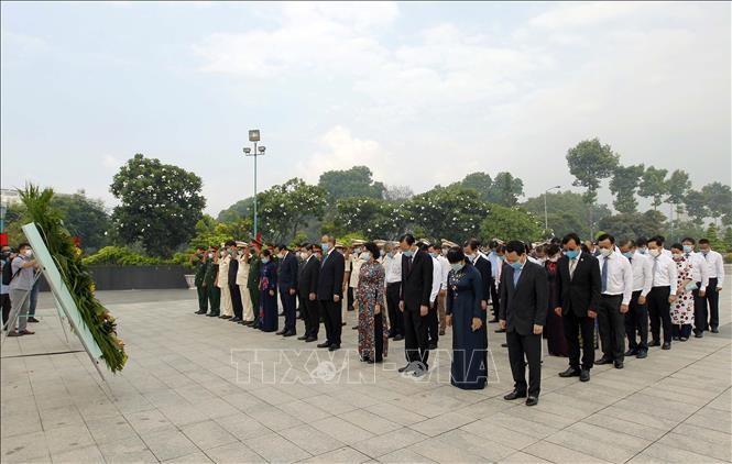 Dâng hương, dâng hoa tưởng nhớ Chủ tịch Hồ Chí Minh, Chủ tịch Tôn Đức Thắng và các Anh hùng liệt sỹ - ảnh 1