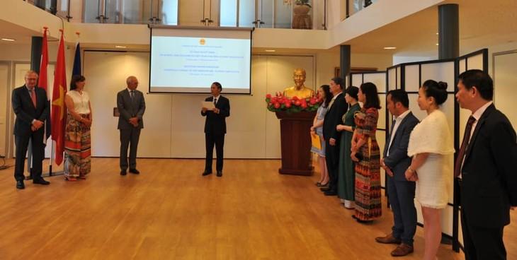 Trao Quyết định bổ nhiệm Lãnh sự danh dự Việt Nam tại Rotterdam cho ông Alphons Van Gulick - ảnh 2