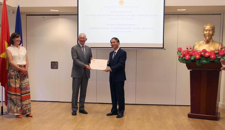 Trao Quyết định bổ nhiệm Lãnh sự danh dự Việt Nam tại Rotterdam cho ông Alphons Van Gulick - ảnh 1