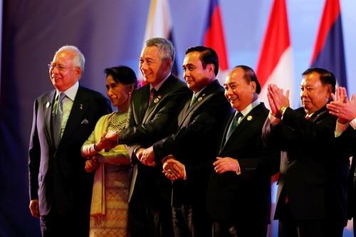Премьер Вьетнама принял участие в 28-м и 29-м саммитах АСЕАН - ảnh 1