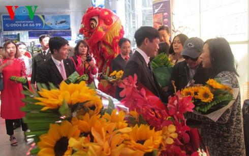 Почти 200 иностранных туристов прибыли на самолёте в Дананг в первый день нового года - ảnh 1