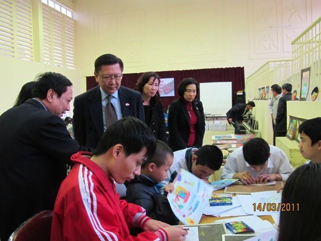 กิจกรรมการกุศลของสถานทูตไทยประจำเวียดนาม ณ โรงเรียนคนตาบอด NguyenDinhChieu - ảnh 9
