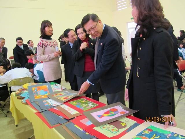 กิจกรรมการกุศลของสถานทูตไทยประจำเวียดนาม ณ โรงเรียนคนตาบอด NguyenDinhChieu - ảnh 10